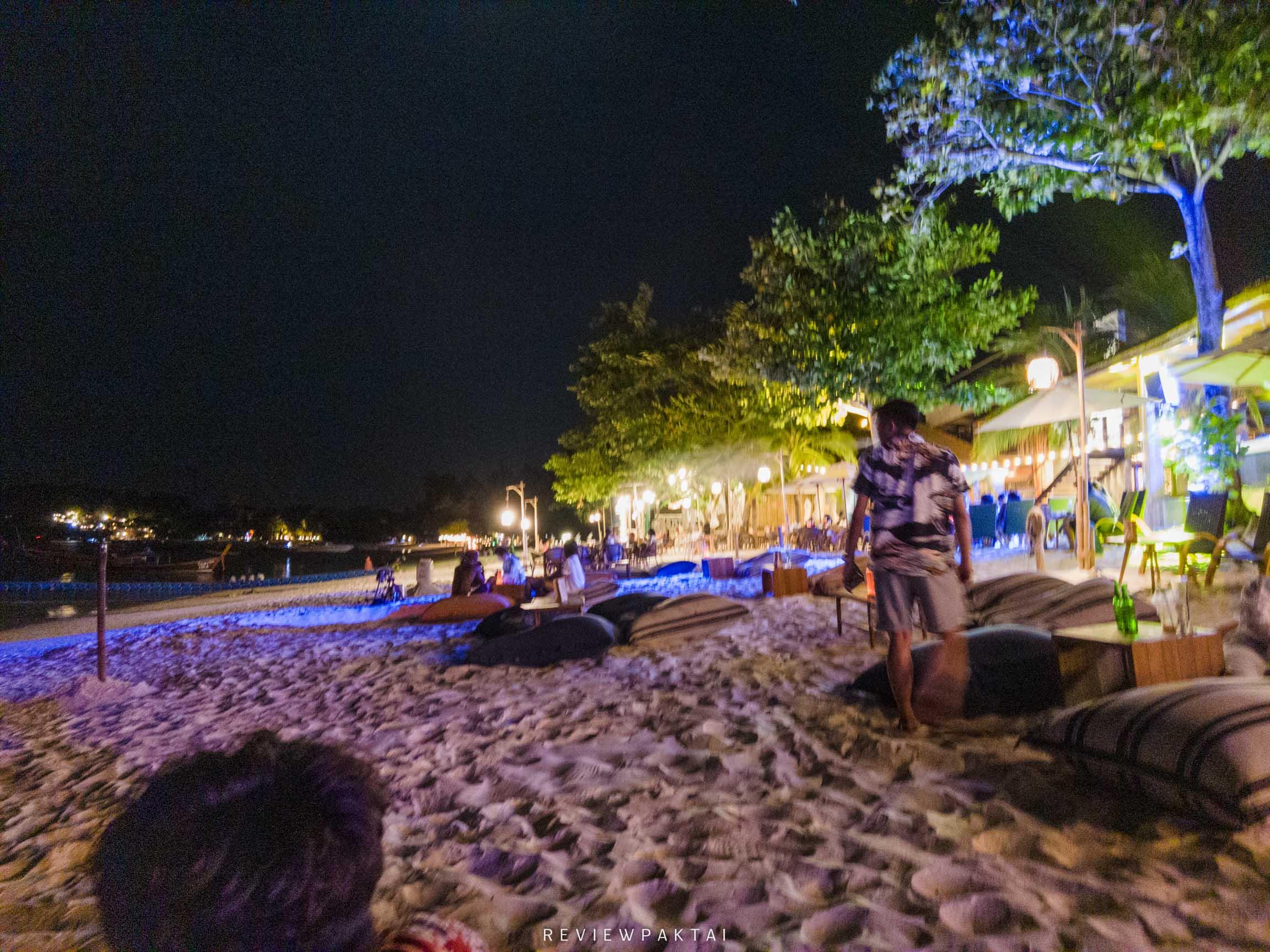 หน้าหาดหน้าโรงแรมช่วงค่ำจะเป็นบีชบาร์สวยๆ ที่พักหลีเป๊ะ,ที่พักสตูล,ที่พักติดทะเล,เกาะหลีเป๊ะ,ananya,resort,lipe