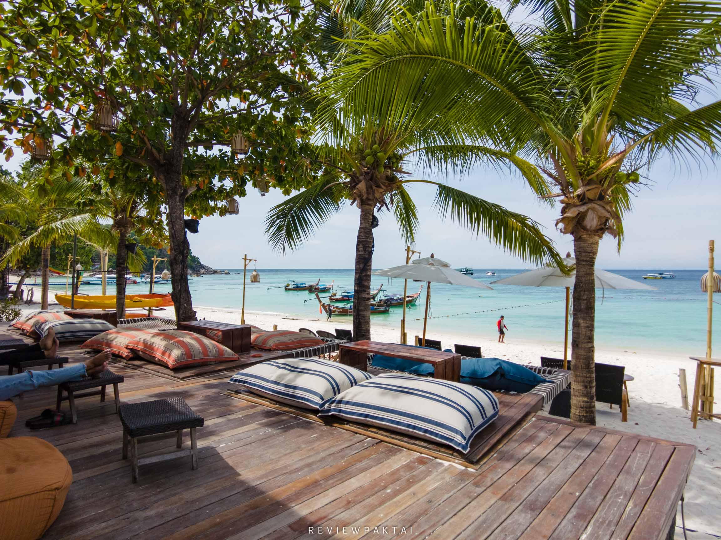 ด้านหน้าจะเป็นโซนบีชบาร์-นั่งชิวๆ-ตอนเช้า-และตอนเย็นจะมีโชว์ต่างๆแสงไฟสวยมากและมีการควงไฟ ที่พักหลีเป๊ะ,ที่พักสตูล,ที่พักติดทะเล,เกาะหลีเป๊ะ,ananya,resort,lipe