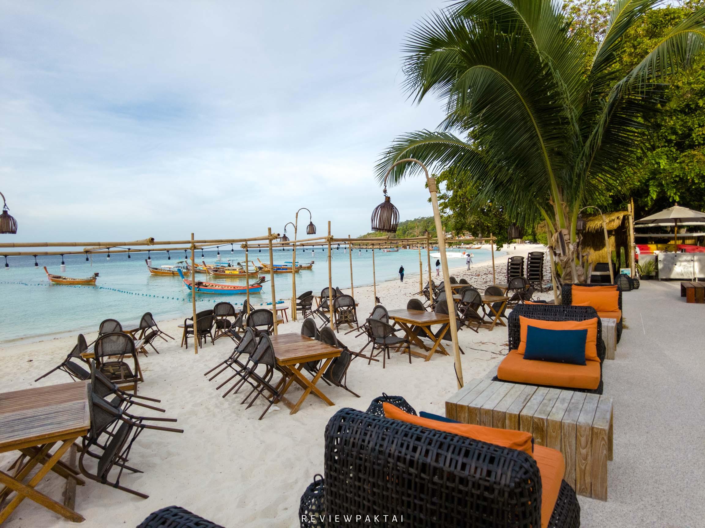 บรรยากาศสุดสวยที่ริมหาด-มีโต๊ะตั้งอยู่มากมาย akira,lipe,สตูล,เกาะหลีเป๊ะ,ที่พักหลีเป๊ะ,ที่พักสตูล